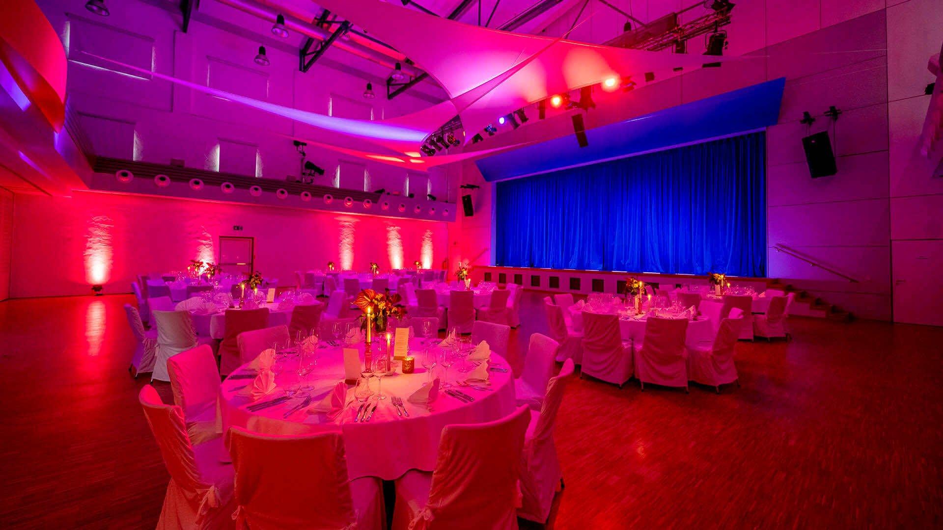 Der Grosse Saal der Mälzerei Mosbach mit XL-Bühne
